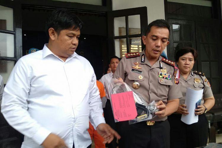 Kapolrestabes Bandung Kombes Irman Sugema tengah memeperlihatkan barang bukti pencabulan yang dilakukan DRP seorang guru les privat terhadap puluhan siswanya.