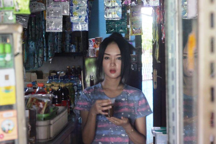 Intan Rose (23), gadis penjaga warung asal Cianjur, Jawa Barat, yang wajahnya dianggap mirip selegram Anya Geraldine, hendak menyuguhkan kopi seduhannya untuk pembeli.
