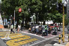 Motor Nekat Terobos Lampu Merah, Berujung Tabrak Bus TransJakarta