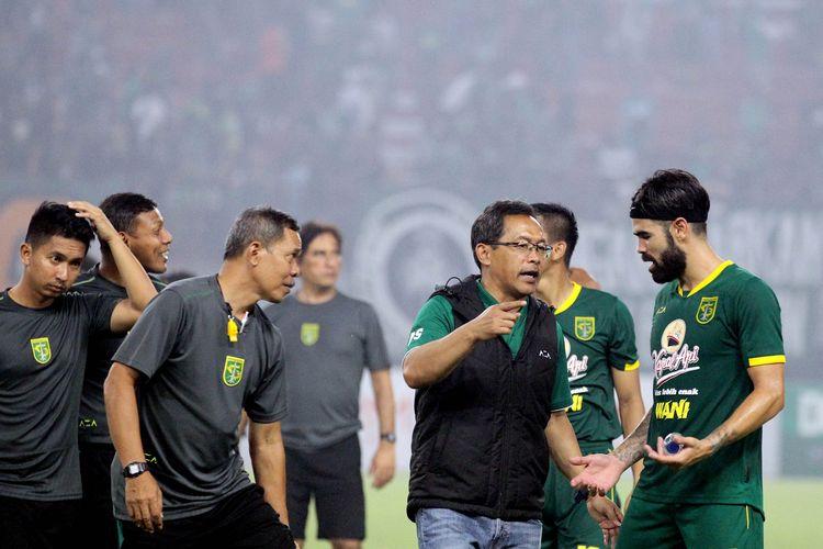 Pelatih Persebaya Surabaya Aji Santoso berdiskusi dengan pemain asing Aryn Williams.