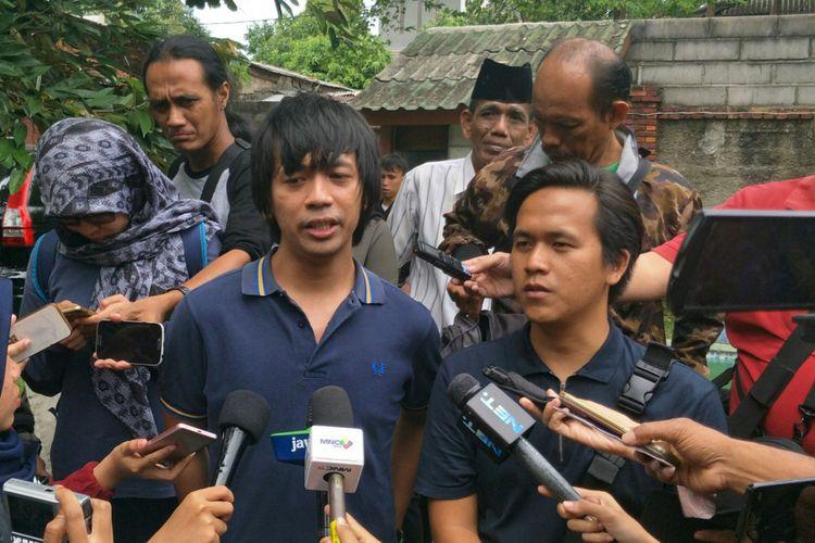 Rian dan Rama dari band DMASIV saat ditemui di rumah duka Yon Koeswoyo di jalan Salak, Pamulang, Tangerang Selatan, Jumat (5/1/2018).