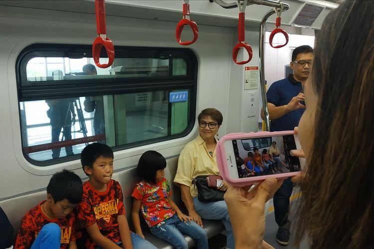 Sejumlah warga tampak antusias mengikuti uji publik gratis LRT Jakarta yang digelar mulai Senin (11/6/2019).
