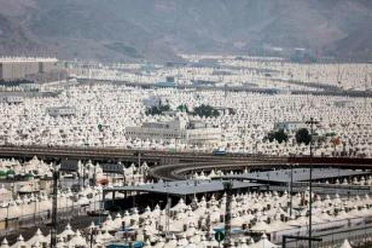 Ribuan tenda untuk menampung umat Islam yang tengah melangsungkan ibadah haji di Mina, di luar kota Mekah, Saudi Arabia, 19 September 2015. Sekitar 3 juta umat Islam dari berbagai penjuru dunia berkumpul di Mekah untuk melangsungkan ibadah Haji