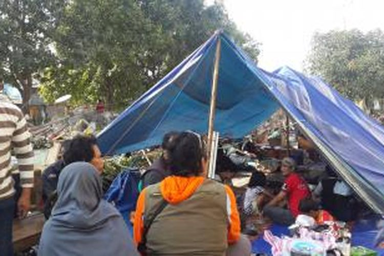 Sebagian warga Pinangsia bermalam di lokasi penggusuran, Jalan Kunir, Pinangsia, Taman Sari, Jakarta Barat.