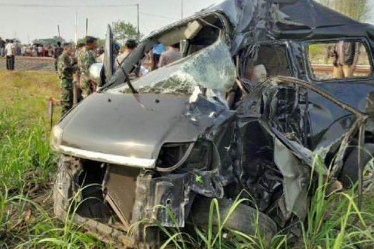 Bangkai mobil Suzuki APV setelah dihantam KA Tegal Bahari dari arah Jakarta menuju Tegal, tepat di Desa Suci, Kecamatan Mundu, Kabupaten Cirebon, Rabu (22/10/2014).