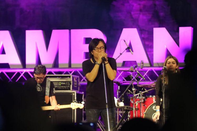 Ari Lasso  beraksi di Prambanan Jazz hari terakhir, yang digelar di Kompleks Candi Prambanan, Yogyakarta, Minggu (7/7/2019).