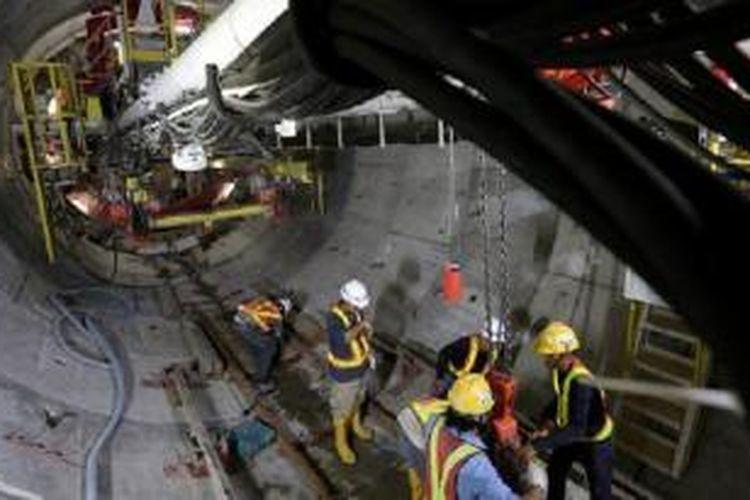 Aktivitas pekerja di proyek pengeboran terowongan untuk angkutan massal cepat (Mass Rapid Transit/MRT) di kawasan Senayan, Jakarta Pusat, Kamis (29/10). Saat ini pengeboran telah mencapai jarak sekitar 120 meter menuju stasiun Senayan.