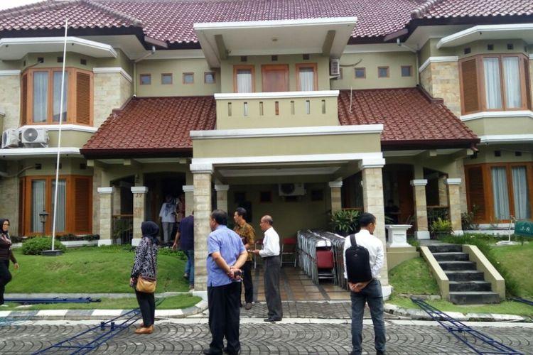 Kondisi rumah duka Alm A. Tony Prasetiantono di Kompleks Pesona Merapi J7/J8 Kelurahan Sardonoharjo, Kecamatan Ngaglik, Kabupaten Sleman.