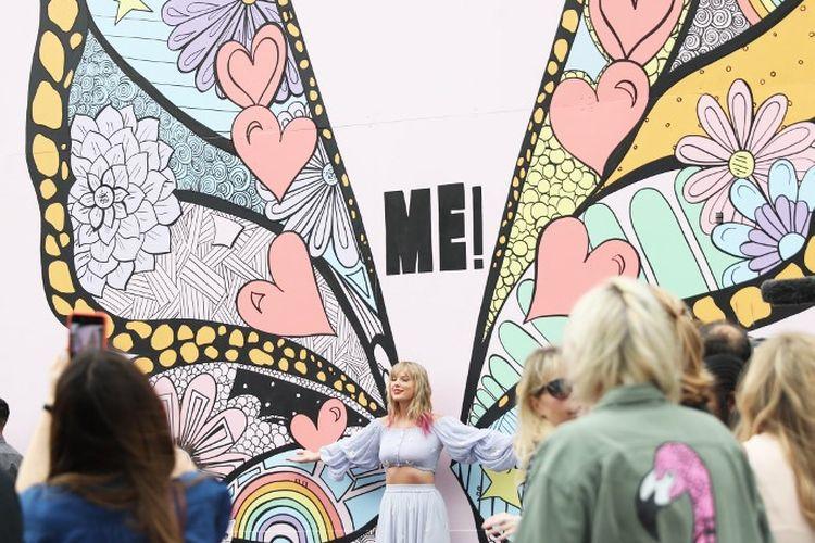 Menjelang peluncuran single terbarunya Taylor Swift mengejutkan penggemarnya dengan datang di lokasi mural karya Kelsey Montague, What Lifts You Up,di Nashville, Tennessee, Kamis (25/4/2019).