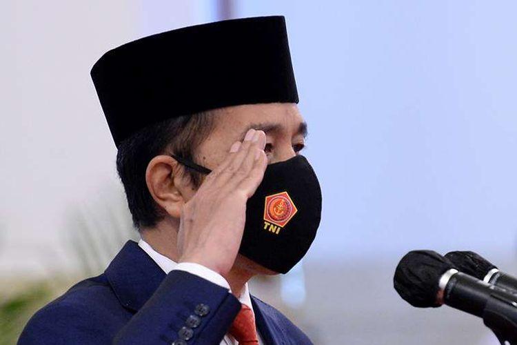 Presiden Joko Widodo memberi hormat ketika memimpin upacara HUT ke-75 TNI di Istana Negara Jakarta, Senin (5/10/2020).