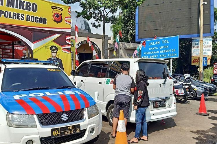 Satlantas Polres Bogor, Jawa Barat, menindak satu ambulans palsu yang berusaha menghindari pemeriksaan ganjil genap di Simpang Gadog, Kecamatan Ciawi, Kabupaten Bogor, Sabtu (11/9/2021).