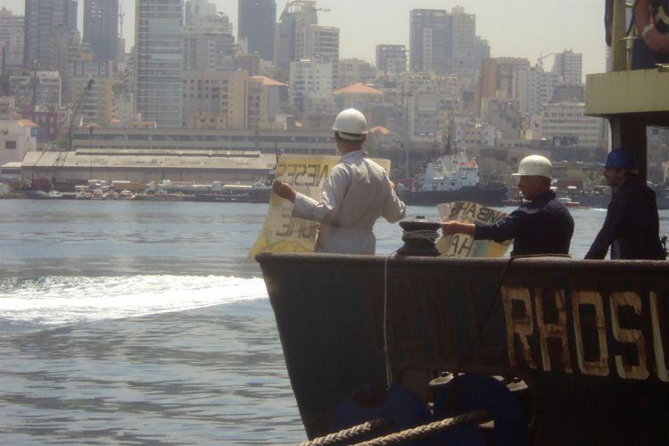 Kapten kapal MV Rhosus Boris Prokoshev dan para krunya, saat menuntut pembebasan mereka dari kapal yang ditahan di pelabuhan Beirut, Lebanon, pada musim panas 2014. Foto ini diambil oleh mandor kapal, Boris Musinchak.