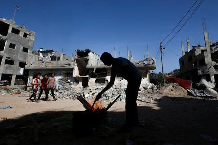 Warga Jalur Gaza beraktivitas di kawasan yang hancur oleh serangan udara Israel, Juni 2021.