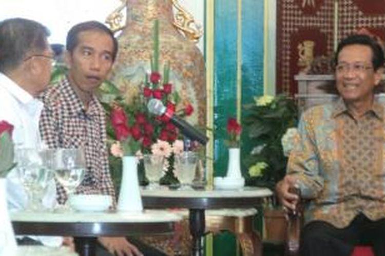 Capres-cawapres Joko Widodo (tiga dari kiri) dan Jusuf Kalla (dua dari kiri) saat bertemu Sri Sultan Hamengkubuwono X di Keraton Nyayogyakarta Hadiningrat, Senin (2/5/2014) siang.