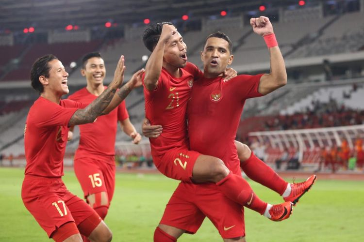 Penyerang Timnas Indonesia, Alberto Goncalves, merayakan gol bersama rekan-rekannya seusai mencetak gol dalam pertandingan persahabatan melawan Vanuatu di Stadion Gelora Bung Karno, Jakarta, Sabtu (15/6/2019).