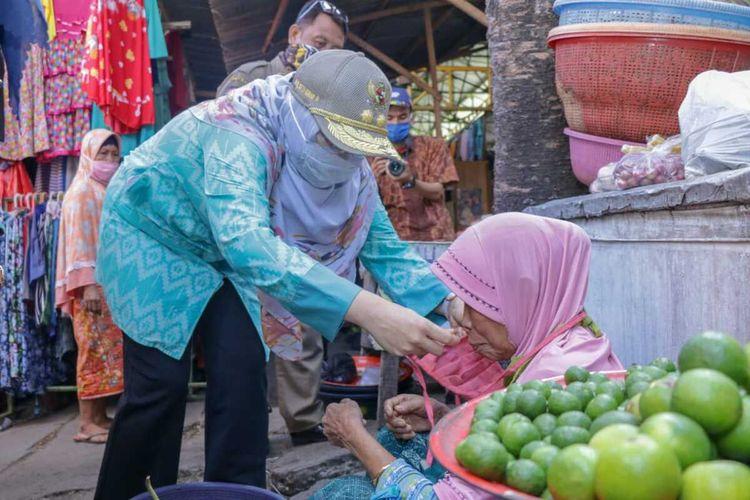 Wakil Gubernur NTB, Sitti Rohmi Djalilah, membagikan masker kepada para pedagang di pasar tradisional.
