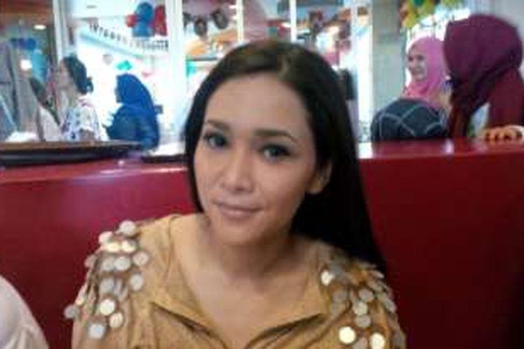 Produser musik Maia Estianty diabadikan di kawasan Lenteng Agung, Jakarta Selatan, Rabu (9/3/2016).