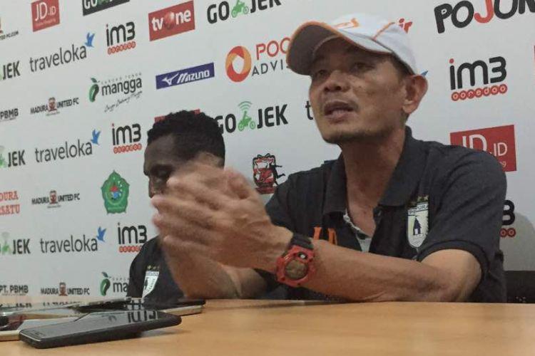 Pelatih Persipura Liestiadi pasrah atas nasibnya sebagai pelatih setelah mengalami dua kali kekalahan dari PSM Makassar dan Madura United.