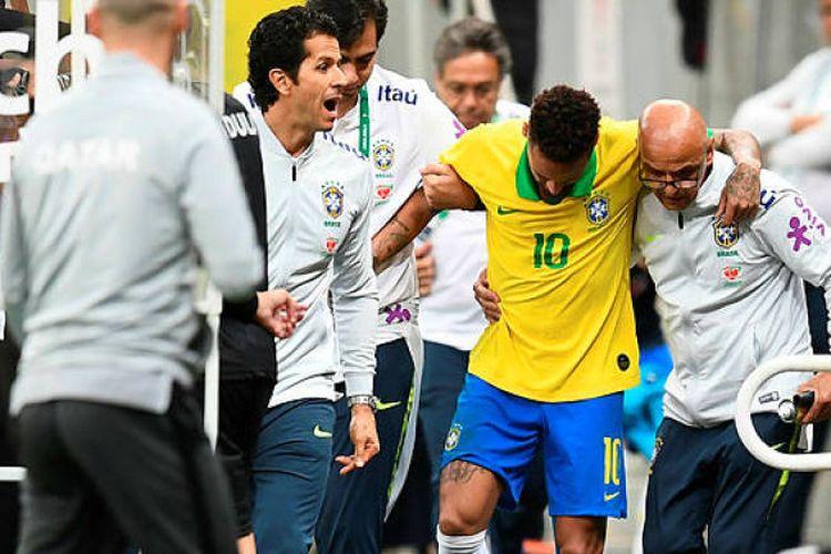 Neymar Jr mengalami cedera ligamen pergelangan kaki saat membela Brasil pada pertandingan persahabatan melawan Qatar di Estadio Nacional de Brasilia, Kamis (6/6/2019) WIB.