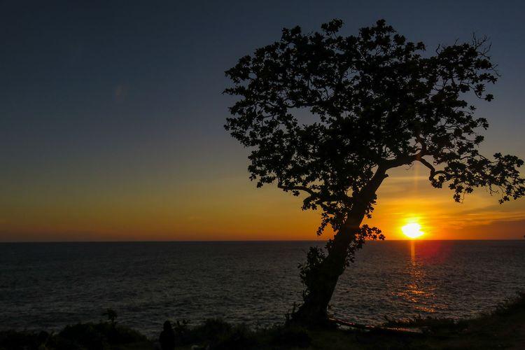 Matahari terbit di Pantai Kesirat, Gunungkidul.