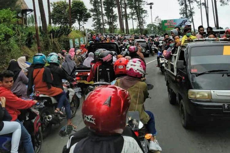 Jalan raya Serang-Kutabawa menuju wisata Dino Land, Purbalingga, Jawa Tengah macet parah karena serbuan pengunjung, Sabtu (15/5/2021).