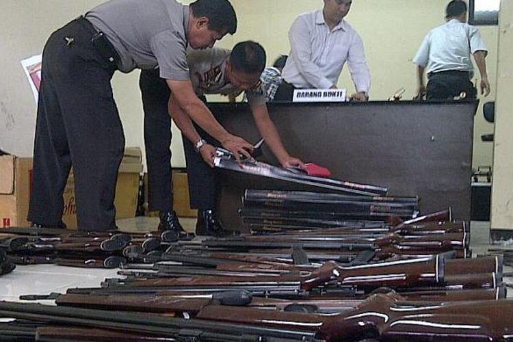 Ratusan senapan angin ilegal diamankan polisi di Malang. Senapan tersebut dijual di Jawa dan luar Jawa, Senin (30/6/2014).