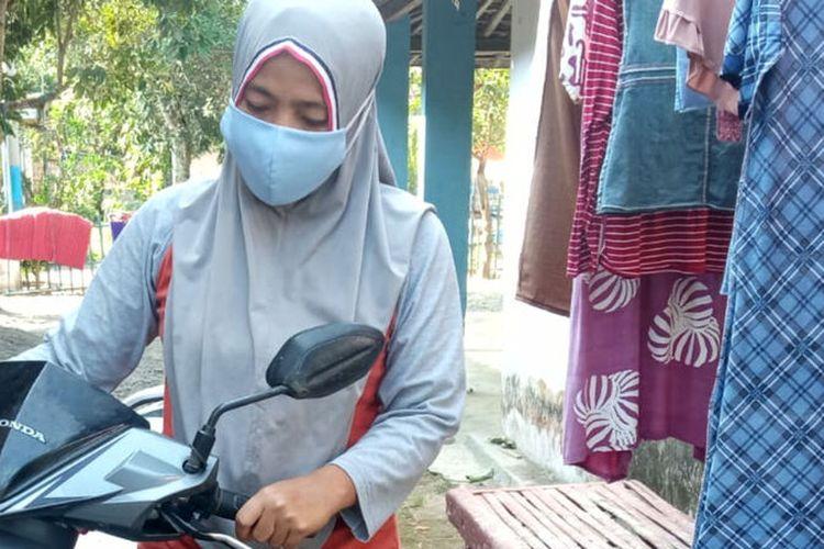 Rusmah, ibu rumah tangga, warga Desa Ringinanom, Kecamatan Kademangan, Kabupaten Blitar yang nekat mengejar penjambret yang merebut dompet miliknya, Rabu (25/8/2021)