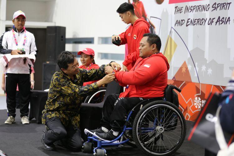 Hirokazu Satoh, Chief Representative Casio Singapore Pte, Ltd, Jakarta Representative Office memasangkan jam tangan G-Shock untuk Atmaji Priambodo di Jakarta, Rabu (3/10/2018).