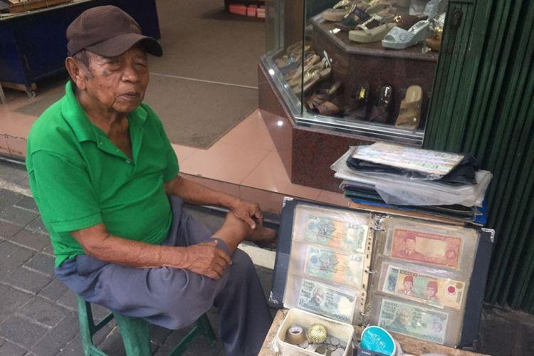Syamsir (79), salah satu penjual uang kuno di kawasan Pasar Baru, Jakarta  Pusat telah menekuni profesi tersebut selama 28 tahun. Dari menjual uang kuno, Syamsir bisa menghidupi serta menyekolahkan 7 anaknya hingga lulus bangku SMA, Senin (11/6/2018).