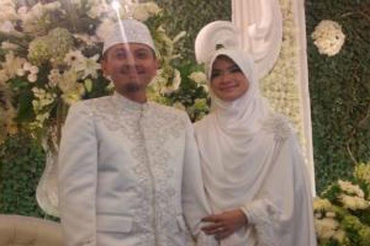 Alzipco dan Yulia Rachman sah menjadi suami-istri setelah melangsungkan akad nikah di Novotel, Bogor, Jawa Barat, Sabtu (18/4/2015).