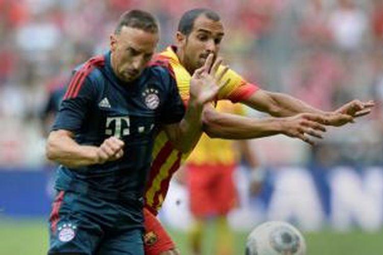 Gelandang Bayern Muenchen, Franck Ribery (kiri), ditempel ketat oleh defender Barcelona, Martin Montoya, pada laga Uli Hoeness Cup, Rabu atau Kamis (25/7/2013) dini hari WIB. Sampai babak pertama berakhir, Bayern unggul 1-0.
