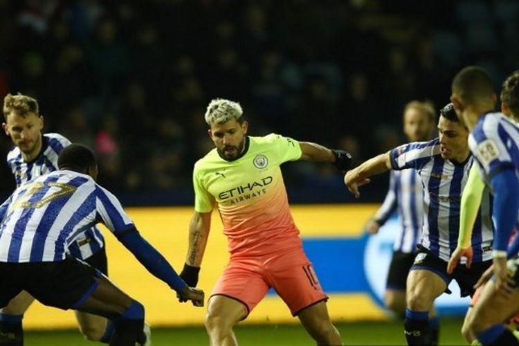 Striker Manchester City, Sergio Aguero (tengah), dikepung pemain Sheffield Wednesday pada laga putaran kelima Piala FA di Stadion Hillsborough, Rabu (4/3/2020) atau Kamis dini hari WIB.