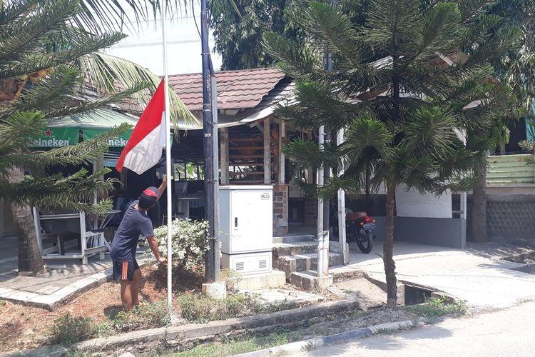 Warga RW 013, Kelurahan Jatirasa, Kecamatan Jatiasih, Kota Bekasi kompak pasang bendera setengah tiang, Kamis (12/9/2019).