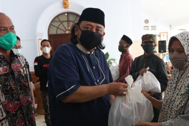 Wali Kota Tegal Dedy Yon secara simbolis menyerahkan bantuan paket sembako dari 27.450 sembako yang mulai didistribusikan mendukung gerakan Jateng di Rumah Saja, di Balai Kota Tegal, Jumat (5/2/2021) (Ist)