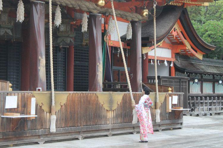 Seorang pengunjung sedang berdoa di Kuil Yasaka Jinja, Kyoto, Jumat (13/10/2017).