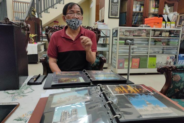 Jusak Johan Handoyo saat menunjukan koleksi benda-benda pos miliknya di Galeri Sangadji, Koja, Jakarta Utara, Senin (29/3/2021).