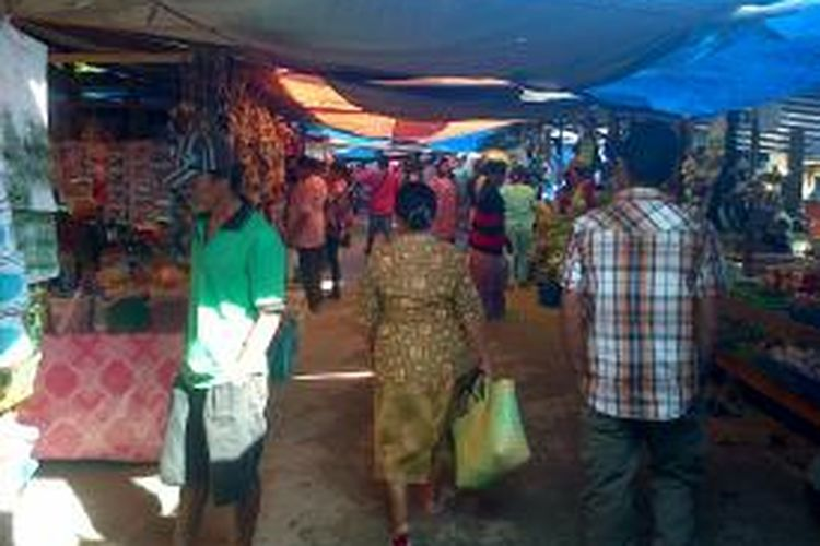 Pedagang korban kebakaran Pasar Jamaker membuka pasar sementara di area tanah kosong bersebelahan dengan eks kebakaran. Mereka mengaku kecewa beredarnya kabar tidak ada agenda Jokowi mengunjungi eks Pasar Jamaker.