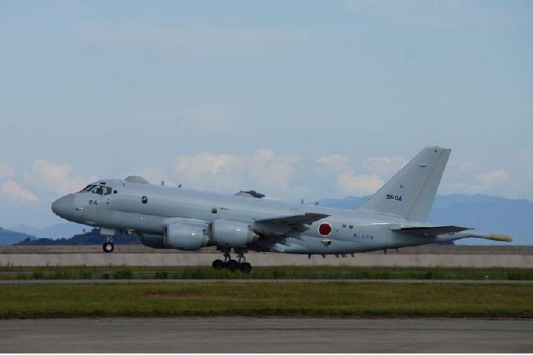 Sebuah pesawat intai Kawasaki P-1 buatan Jepang.