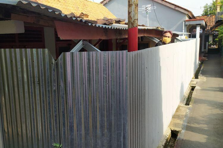 Rumah milik Sabar Suharno (46) warga RT 2 RW 10, Desa Ajibarang Wetan, Kecamatan Ajibarang, Kabupaten Banyumas, Jawa Tengah, ditutup dengan seng.