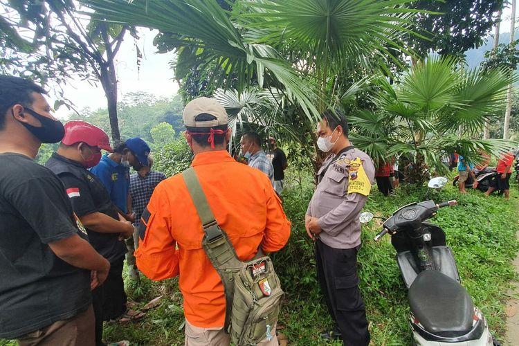 Relawan dari berbagai unsur bersiap melakukan pencarian seorang pemuda berinisial AP di sekitar Curug Gede, Desa Ketenger, Kecamatan Baturraden, Kabupaten Banyumas, Jawa Tengah, Kamis (23/9/2021).