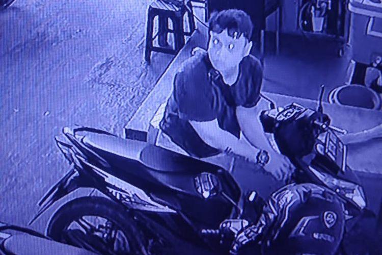 Pelaku curanmor tertangkap CCTV di salah satu Indekost di kawasan Cengkareng, Jakarta Barat