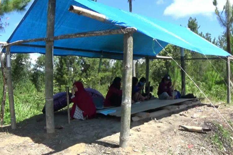 Demi Kuliah Online, Mahasiswa Rela Berburu Jaringan Internet Hingga Ke Puncak Gunung Mamasa