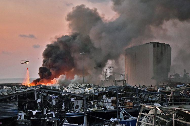 Helikopter memadamkan api di lokasi ledakan di kawasan pelabuhan di Beirut, Ibu Kota Lebanon, Selasa (4/8/2020). Sebanyak 73 orang tewas dan ribuan lainnya dilaporkan terluka dari insiden dua ledakan besar yang mengguncang Beirut tersebut.