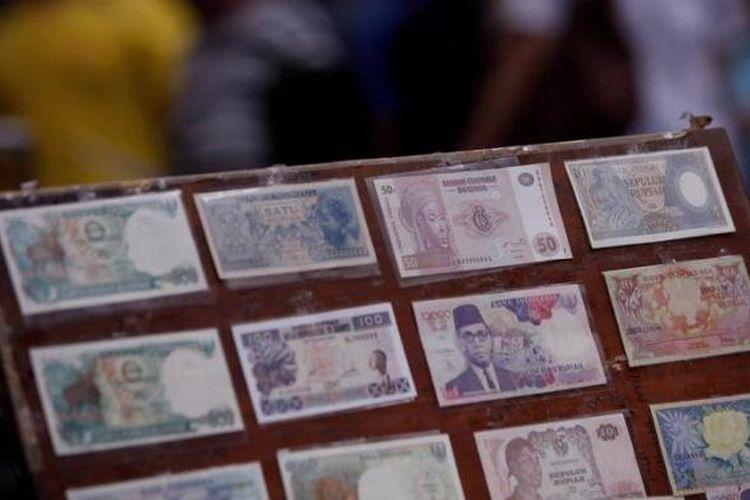 Uang lama berbagai pecahan termasuk pecahan kecil ditawarkan oleh pedagang uang di kawasan Pasar Baru, Sabtu (26/1/2013).