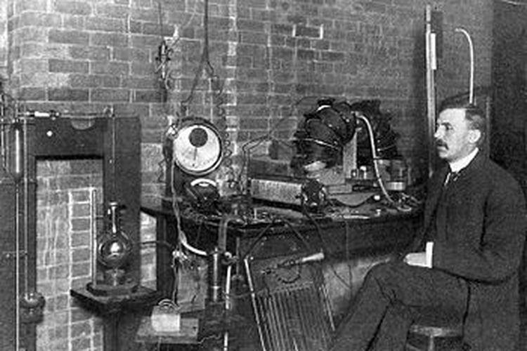 Ilmuwan Ernest Rutherford di McGill University pada 1905