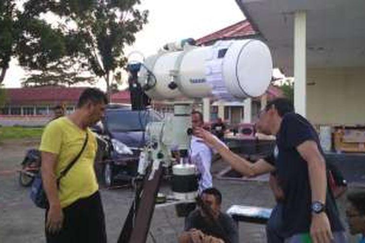 Jelang senja di Maba, Halmahera Timur, Maluku Utara, Selasa (8/3/2016), tim LAPAN mempersiapkan alat untuk pengamatan gerhana matahari besok pagi.