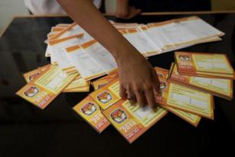 Petugas memeriksa data pemutakhiran pemilih pemilu 2014, di Kelurahan Kenari, Jakarta, Selasa (4/6/2013). Komisi Pemilihan Umum mulai melakukan pendataan daftar pemilih untuk ikut dalam pemilihan umum 9 April 2014.\