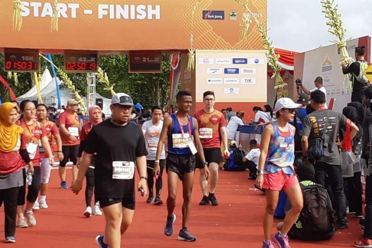 Hamdan Sayuti merupakan pelari nasional pertama yang memasuki garis finish pada kategori Marathon setelah sejumlah pelari dari Kenya.