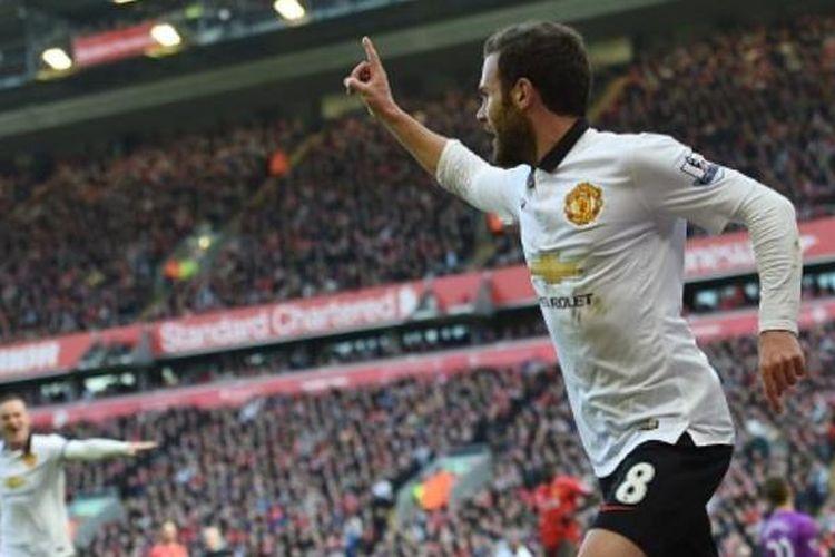 Ekspresi gelandang Manchester United, Juan Mata, seusai mencetak gol ke gawang Liverpool, pada pertandingan lanjutan Premier League, di Stadion Anfield, Minggu (22/3/2015).