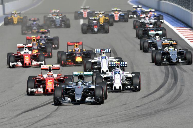 Para pebalap Formula 1 bersaing pada balapan GP Rusia dai Sochi Autodrom, Minggu (1/5/2016).